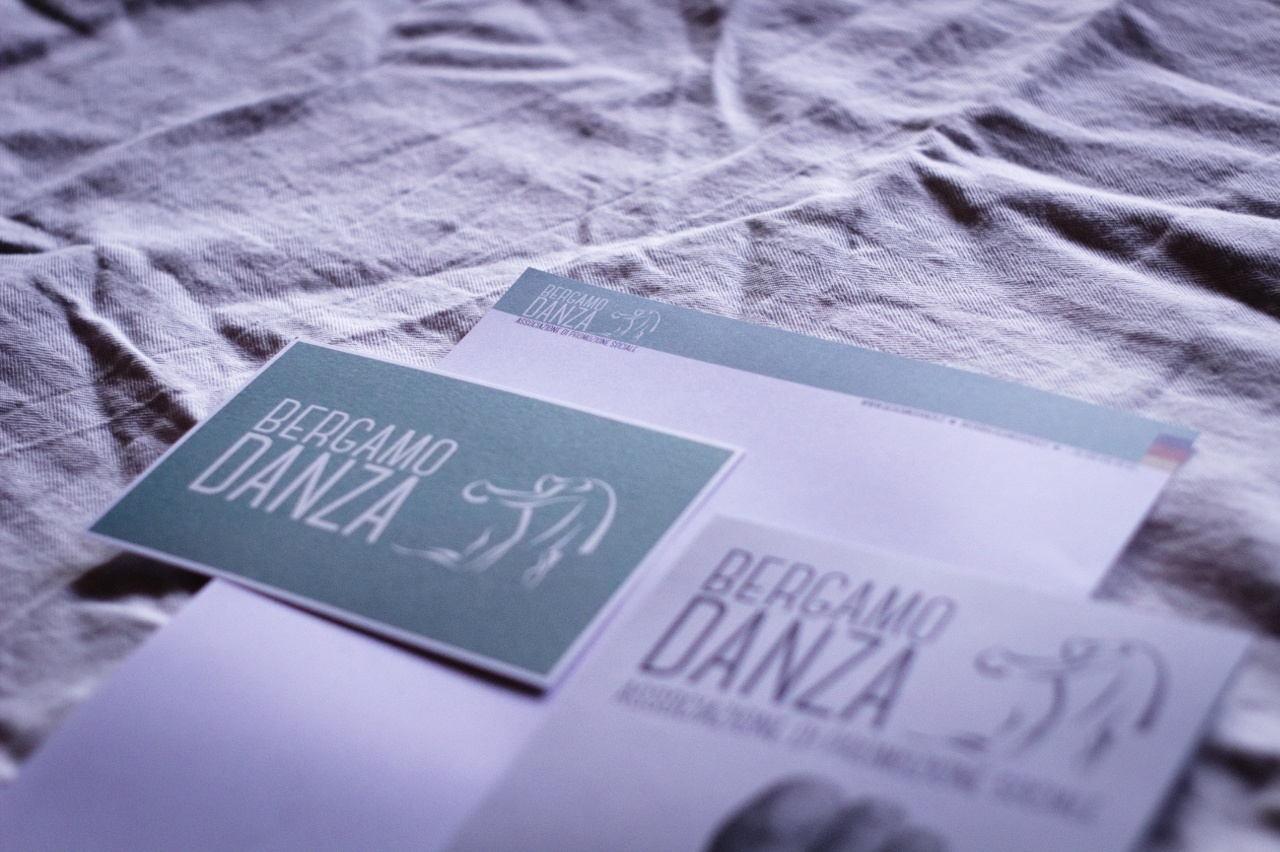 Dettaglio cartolina, carta intestata e flyer