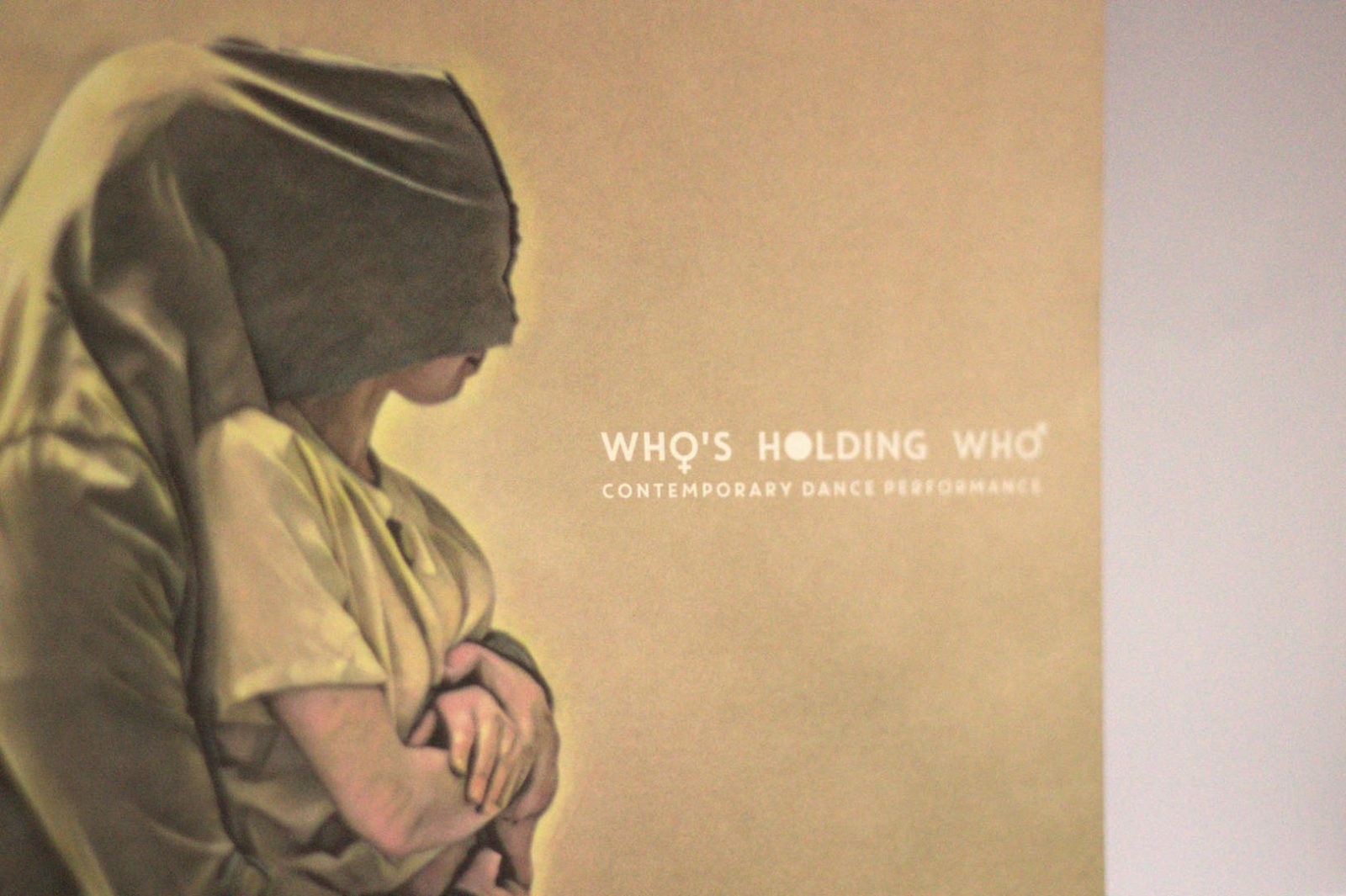 WHO'S HOLDING WHO - CONTEMPORARY DANCE PERFORMANCE - DETTAGLIO CARTA OFFSET PROGRAMMA DI SALA